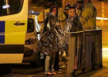 """Imaginile terorii in Marea Britanie! Marturiile celor care au trecut prin infern sunt cutremuratoare: """"Oamenii erau striviti si calcati in picioare"""". Atac terorist soldat cu 19 raniti si 50 de morti"""