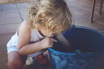 O fetita de doar cateva luni a murit inecata intr-o galeata