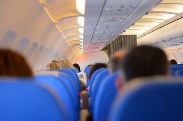 Autoritatile britanice au arestat un barbat, care a incercat sa deschida iesirea de urgenta intr-un avion din Polonia