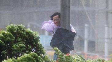 Oameni luati pe sus de vant si masini rasturnate! Taifunul Hato a invadat teritoriul chinez Macao