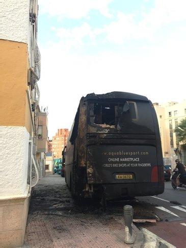 Autocarul unei echipe de ciclism a fost incendiat in Spania. Focul a fost pus intentionat