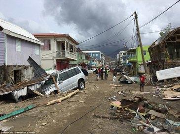 Case distruse, stalpi de electricitate la pamant si masini zdrobite in pamant. Uraganul Maria a devastat Dominica. Imagini apocaliptice