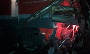 Cel putin 19 morti in urma unei coliziuni intre un autobuz si un tren