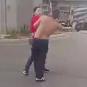Sotia kung fu. O femeie a sarit in apararea sotului sau, atacat de un barbat inarmat cu o maceta