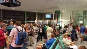 Mai multi romani sunt blocati pe aeroportul Luton din Londra, din cauza ninsorilor. Wizz Air: Imediat ce aeroportul se va redeschide, aeronava va decola spre Cluj-Napoca