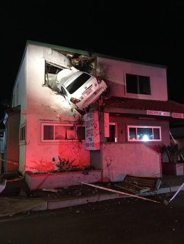 A transformat masina in avion in doar cateva secunde. Cum a reusit un sofer sa intre cu autoturismul pe geamul de la etajul 1 al unui apartament. Politistii s-au crucit cand au vazut asemenea accident