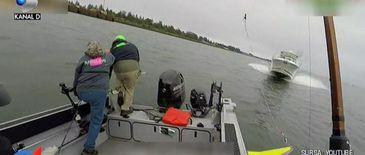 """Imagini socante! Momentul in care 3 pescari se arunca dintr-o barca ca sa isi salveze viata: """"Dumnezeule"""""""