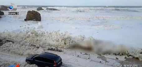 Fenomen impresionant intr-un oras francez de coasta. Valuri uriase de spuma au invadat litoralul
