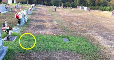 Au mers la cimitir si au observat cu stupoare ca doar pe mormantul fiului lor crestea iarba. Cand au aflat motivul au izbucnit in plans