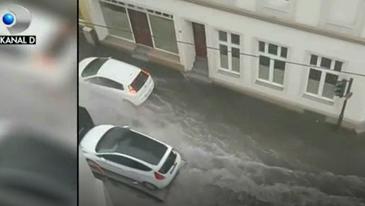 Inundatiile fac prapad! Masinile au fost luate pe sus si oamenii au ajuns in mijlocul apelor furioase