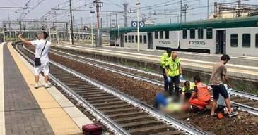 A vazut o femeie agonizand pe sinele de tren, insa nu a ajutat-o. Este INFIORATOR ce a facut acest tanar. Totul a fost surprins in imagini de un martor