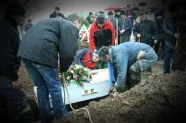 TRAGEDIE la inmormantare! A murit strivit de mormantul propriei sale mame. Cum s-a produs tragedia. Familia se pregateste si de a doua inmormantare