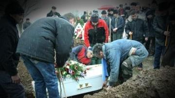 TRAGEDIE la inmormantare! A murit strivit de mormantul propriei sale mame. Familia se pregateste si de a doua inmormantare