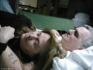 Ultimele momente de viata unui cuplu, surprinse in imagini emotionante. Barbatul a avut o singura dorinta inainte de a muri: sa isi mai vada o data sotia