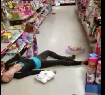 Efectele devastatoare ale drogurilor. O fetita plange si incearca sa isi trezeasca mama, care zace inconstienta pe podeaua unui magazin, printre rafturile cu jucarii. Femeia era drogata