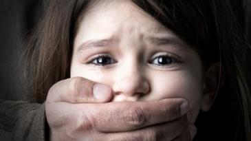 Un tata din Dambovita si-a violat fiica de 12 ani, dupa ce mama a plecat la munca in Italia