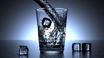 Cata apa trebuie sa bem zilnic si care e greseala pe care o fac toti romanii! Medicii ne avertizeza ca pana si apa trebuie consumata rational