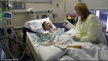 Mama a doua fetite, internata de mai bine de doi ani in spital, dupa ce iubitul ei i-a dat foc, a murit.