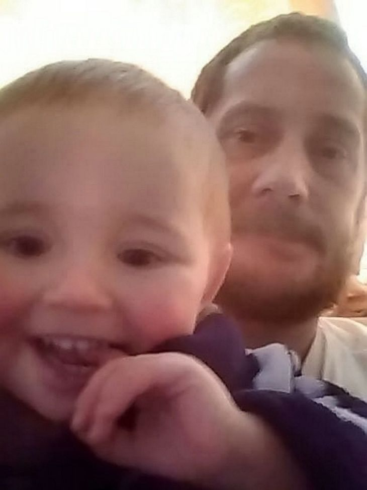 Un tata si-a petrecut ultimele luni din viata cautandu-i fiului de patru ani o familie adoptiva iubitoare. Barbatul a murit de cancer
