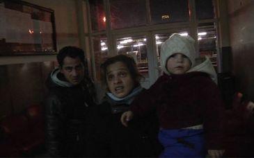 O familie s-a mutat in gara din Campina. Parintii intretin relatii intime in sala de asteptare, iar copilul de doi ani doarme in ger