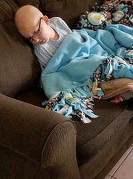 O mama a postat o fotografie sfasietoare cu fiul ei de 10 ani, bolnav de leucemie. Baiatul doarme doar cu ea pentru ca ii e frica sa nu moara singur