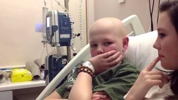 """""""Te rog, mama, spune-le sa imi taie mana. Nu mai suport durerea"""". Drama unui baietel de 13 ani, diagnosticat cu cancer. Pentru a-i alina suferinta, parintii lui au luat o decizie cutremuratoare"""