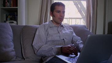 A imprumutat laptopul de la prietenul lui si a facut o dezvaluire socanta! In tot computerul erau poze cu sora lui de zece ani in ipostaze indecente