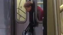 Si-a prins gatul intre usile metroului si nimeni nu a sarit sa o ajute