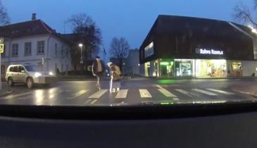 Un barbat s-a dat jos din masina si s-a oferit sa ajute o batrana sa treaca strada. Ce a urmat insa intrece orice imaginatie