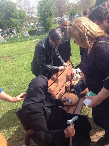 Cutremurator! Mama Ilenei Ciuculete s-a prabusit pe mormantul fetei ei! Apropiatii au ridicat-o imediat si au pus-o pe un scaun