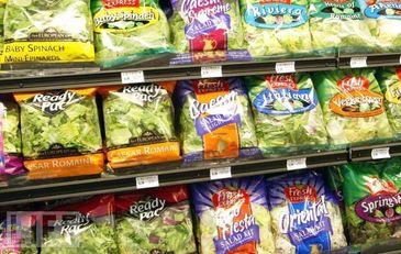 7 alimente pe care nu trebuie sa le cumperi din supermarket. De ce e bine sa eviti salata ambalata, condimentele macinate sau painea