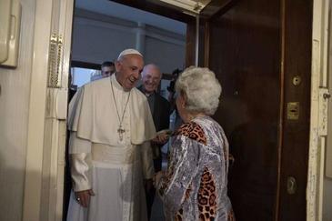 O familie de romani ortodocsi a fost vizitata chiar de Papa Francisc