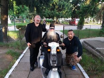 Imagini incredible la Manastirea Cernica! Un preot cu ochelari de soare se plimba cu scuterul prin curtea lacusului de cult!