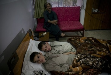 Ziua sunt doi copii obisnuiti, iar noaptea paralizeaza complet! Cazul care i-a uimit si pe medici