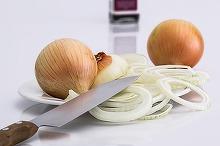 Curatatul cepei ne face sa plangem, iar decojitul de oua fierte si de cartofi ne da batai de cap! 8 trucuri cu ajutorul carora gospodinele vor deveni specialiste in bucatarie!
