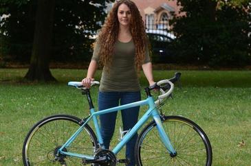 Tanara care si-a furat inapoi bicicleta, dupa ce politistii i-au spus ca nu o pot ajuta