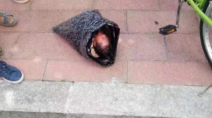 O mama de 24 de ani si-a trimis copilul la orfelinat prin curier