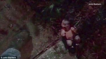 Bebelus abandonat intr-un gard de flori, descoperit acoperit de furnici. Mama, de 21 de ani, spune ca nici nu vrea sa il vada