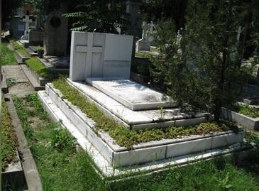 Si-a ingropat ambele sotii in acelasi mormant. Apoi a scris asta pe piatra funerara