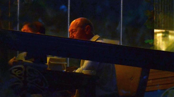 Imagini de colectie! Fostul presedinte Traian Basescu, intr-o ipostaza rara, a iesit in oras cu intreaga familie