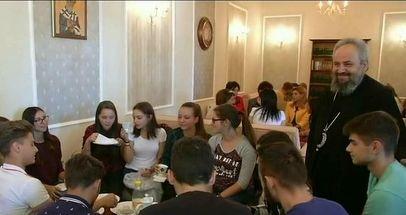 Biserica si-a deschis cafenea! In locul sticlelor de alcool, sunt biblii si icoane. Cum arata locul si ce parere au tinerii
