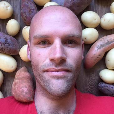 Timp de un an de zile s-a hranit exclusiv numai cu cartofi! Cum a ajuns sa arate acest barbat