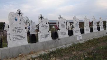 Femeia care si-a pierdut sotul si 6 copii, toti rapusi de gaze intr-o garsoniera din Rovinari, nu mai poate sta in casa groazei! Luminita s-a angajat femeie de serviciu si face mereu pomeni pentru cei disparuti
