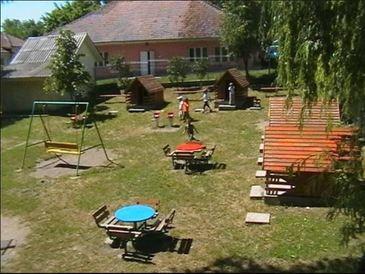In saracia lucie din Vaslui se afla cea mai frumoasa si moderna comuna din Romania. Padureni are piscina, loc de echitatie, parc, terenuri de sport, teatru de vara si acelasi primar de 27 de ani.
