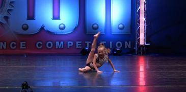O pustoaica de 8 ani face senzatie in Statele Unite! Tanara participa la o competitie nationala de dans