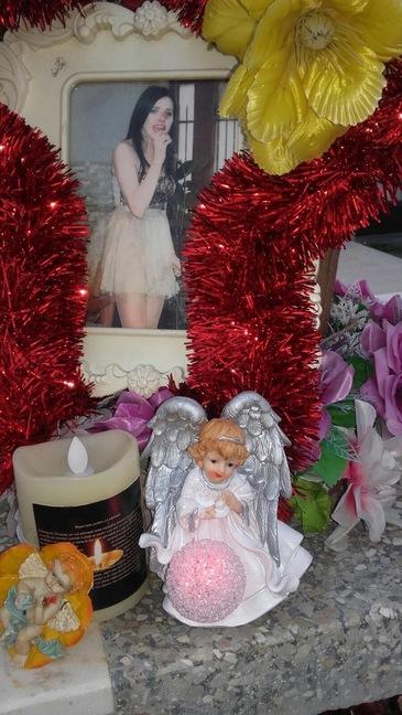 Mama cantaretei care a murit intr-un incendiu la Constanta a impodobit mormantul fiicei, de Mos Nicolae. I-a pus jucarii, flori si bibelouri si a plans in hohote de durere