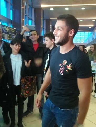 """Primele imagini cu Bogdan de la Exatlon, la intoarcerea acasa! """"Razboinicul"""" s-a reintalnit cu familia, la aeroport!"""