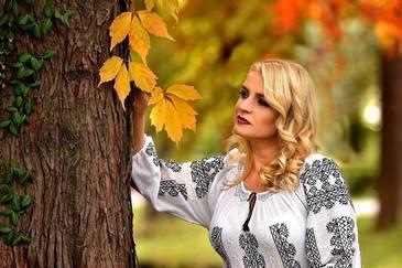 """A ramas insarcinata cu gemene, iar ce a urmat apoi pare un cosmar. """"In luna a 5-a copilasii nu au mai vrut sa stea la mine in burtica""""! Una dintre cele mai frumoase interprete de muzica populara din Romania a facut dezvaluiri sfasietoare"""
