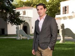 Principele Nicolae a muncit intr-un supermarket ca sa se intretina! La 19 ani, nepotul Regelui Mihai monta mochete in casele englezilor!