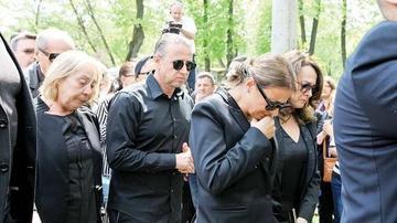 Acum s-a rupt tacerea si s-a spus tot ce s-a intamplat la inmormantarea Ionelei Prodan. Toti cunoscutii au plecat dezamagiti acasa din cauza ASTA! Gesturile care i-au scos din minti pe apropiatii artistei